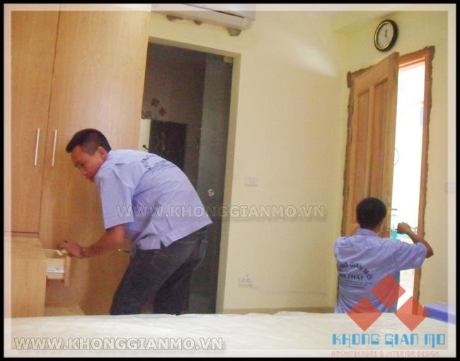 Đội thi công lắp đặt nội thất tại công trình - Công nhân của Cty Không Gian Mở luôn có tính kỷ luật cao